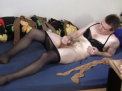 Elmar masturbates in pantyhose and bra